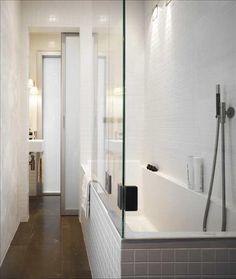 Inbyggt badkar av Philippe Starck, från Duravit, blandare av Arne Jacobsen för Vola och infälld takb...