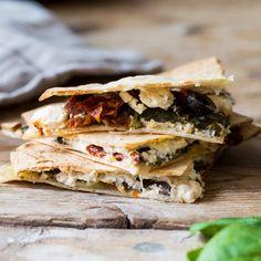 Nach 10 Minuten haben sich Mexiko und Griechenland im Ofen vereint: In Form von heißen Quesadillas mit Oliven, Tomaten, Feta und geschmolzenem Mozzarella.