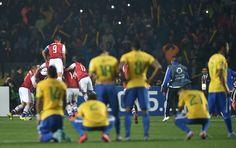 """""""Ih, fuera"""": chilenos celebram queda do Brasil contra o Paraguai; veja  #globoesporte"""