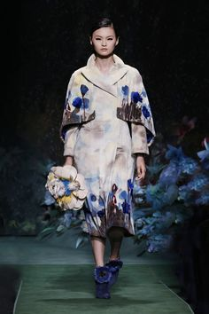 Fashion Week Paris Fall/Winter 2017 look 10 from the Fendi collection couture Couture Fashion, Runway Fashion, Fashion Show, Fashion Design, High Fashion, Women's Fashion, Fendi Designer, Designer Wear, Karl Lagerfeld