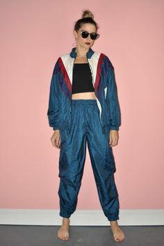 80er Windbreak Jacke für Frauen in Blau, Sportoutfit in Blau, schwarzes Oberteil, große Sonnenbrille