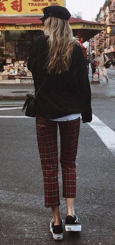 outfit of the day hat black sweatshirt bag plaid pants sneakers Grunge Outfits, Chic Outfits, Summer Outfits, Teen Outfits, Winter Outfits, Plaid Pants Outfit, Sweatshirt Outfit, Plaid Fashion, Tomboy Fashion