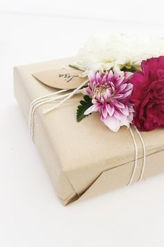 DIY // FLORAL GIFT WRAPPING | Folk & Fest #gift wrap #brown paper #flowers