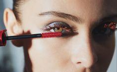 Vergeet de vertrouwde zwarte en bruine mascara: Giorgio Armani Beauty pakt uit met een nieuwe mascarakleur waarmee je beslist alle blikken naar je toe trekt. Het beautylabel lanceert namelijk een rode mascara, jawel! En dat het er heel mooi uitziet, bewijzen onderstaande foto's. Dat Giorgio Armani Beauty soms durft uit te pakken met bijzondere looks,