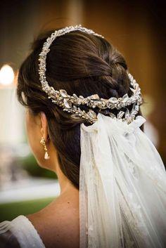 Laura acompañó a su vestido de novia con un precioso tocado de Carmen María Mayz que le realzaba su bonito peinado. blog-novias-beatriz-alvaro-vestidos-novia-alta-costura-madrid. Bodas. Madrid