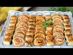 Canapés de hojaldre fáciles y rápidos para Navidad. ¡Muy económicos! - YouTube No Cook Appetizers, Healthy Appetizers, Cook At Home, Canapes, Recipe For 4, Christmas Baking, Chutney, Hot Dog Buns, Finger Foods