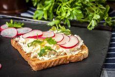 Suroviny na Bylinkové chlebíčky so syrom žervé: 10 dkg tvarohu, 5 dkg masla, 2 polievkové lyžice posekaných byliniek, 1 zväzok reďkoviek, listy šalátu, soľ, maslo, citrón