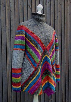 """Pulloncho ist ein lässig weit geschnittener und gemütlich warmer """"Überzieher"""". Er hat die Weite und Bequemlichkeit eines Ponchos und die Vorzüge, die ein Pullover mit Ärmeln und Kragen bietet: Es pfeift nicht kalt rein."""