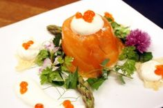 Lachspraline gefüllt mit Spargelmousse Mousse, Eggs, Breakfast, Baked Asparagus, Entree Recipes, Food Items, Food Food, Chocolate Candies, Easy Meals