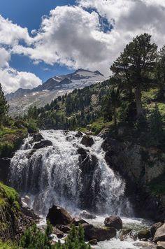 Aneto, de 3.404 mts. desde la cascada de Aiguallut.Huesca. By NationalImages