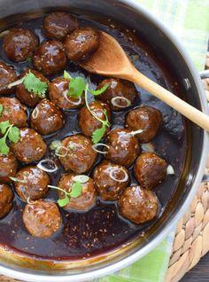 Receta de albóndigas teriyaki, la salsa es casera y se prepara con salsa de soya, jengibre fresco, también se agregan semillas de ajonjolí. Teriyaki meatballs