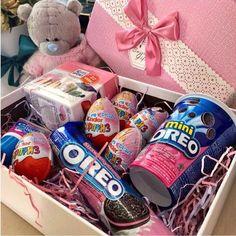 Basket ideas for him candy Ideas Cute Birthday Gift, Birthday Gifts For Best Friend, Diy Gifts For Friends, Diy Birthday, Best Friend Gifts, Birthday Presents, Candy Gift Box, Candy Gifts, Gift Hampers