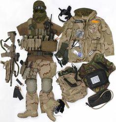 Dit is de uitrusting geweest van Björn Peterse, eerste luitenant bij het Korps Commandotroepen. Hij droeg deze set tijdens Operatie Enduring Freedom in Afghanistan in 2005. Björn was ploegcommandant en comspeccer (communicatiespecialist). Het totaalgewicht van deze uitrusting ligt tussen de 55 en 60 kilo (exclusief water).
