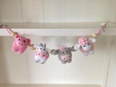Haakpatroon wagenspanner boerderijbeestjes - www.Jookzcreaties.nl Crochet Gifts, Crochet Baby, Crochet Animals, Handmade Baby, Future Baby, Baby Toys, Diy And Crafts, Crochet Patterns, Crafty