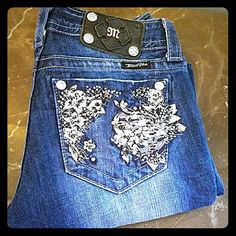 Miss Me straight size 27 Jp56335T. Sequined embellished pockets. GORGEOUS EUC. Waist flat 28. Rise 8. Inseam 31. Stretch. EUC Miss Me Jeans Straight Leg