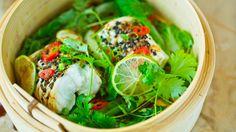 Asiatisk-inspirert dampet torsk med avokado- og mangosalat