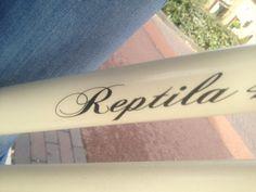 reptila  Naam die op een fiets staat.