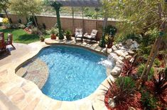 This swimming pool design is a combination of spa + pool. Spool swimming pool design is suitable for limited land, because this model does not take up much space. Spool swimming pools usually have chair facilities and support features for relaxation. Small Inground Pool, Small Swimming Pools, Small Backyard Pools, Backyard Pool Landscaping, Backyard Pool Designs, Swimming Pools Backyard, Swimming Pool Designs, Landscaping Ideas, Backyard Ideas