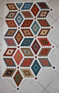 I like the little 'dots' along the edges. Patchwork Hexagonal, Hexagon Quilt Pattern, Patchwork Quilt Patterns, Paper Piecing Patterns, Quilt Block Patterns, Applique Quilts, Diy Quilt, Tumbling Blocks Quilt, English Paper Piecing