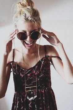 The boho chic style is one of the defining styles of spring. A cross between bohemian and hippie looks, it converges the best of both fashion worlds. Moda Hipster, Hipster Stil, Hipster Jeans, Hippie Style, Gypsy Style, Hippie Chic, Hippie Masa, Bohemian Gypsy, Boho Outfits