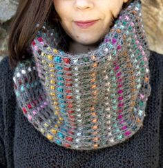 Knitting Pattern for Easy Dunkelbunt Cowl - This colorful cowl is worked flat in mosaic / slip stitch colorwork. A great way to use up leftover yarn in your stash! Knitting Projects, Crochet Projects, Knitting Patterns, Crochet Patterns, Crafty Projects, Knit Cowl, Knit Crochet, Knitted Cowls, Knitted Scarves