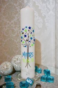 Ich biete Ihnen hier eine ausgefallene, exklusive Taufkerze. Das extravagante Design zeigt einen Baum mit Sternen und Herzen in den Farben Blau, Grün und Silber. Mit dieser Kerze zeigen Sie, dass Ihr Junge etwas besonderes ist. Pillar Candles, Candle Holders, Diy, Design, Home Decor, Blue Green, Tree Structure, Stars, Silver