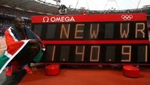 Kenya's David Lekuta Rudisha points to the new world record he set after winning the men's 800m final at the London 2012 Olympic Games at the Olympic Stadium August 9, 2012. (KAI PFAFFENBACH/REUTERS)