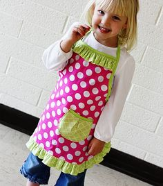 Ruffle Apron for Girls (goes with Little Apron tutorial) Sewing Projects For Kids, Sewing For Kids, Baby Sewing, Child Apron Pattern, Apron Pattern Free, Toddler Apron, Kids Apron, Aprons For Kids, Sewing Aprons
