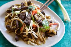 Beef Chow with Rice Noodle - Make delicious beef recipes easy, for any occasion Mung Bean, Bean Sprouts, Rice Noodles, Chow Chow, Food Styling, Beef Recipes, Asia, Easy Meals, Ethnic Recipes