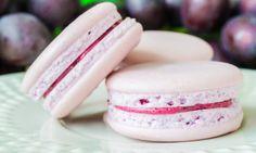 Recept na výborné makronky. Jedná se o francouzské pusinky s výtečným mandlovým nádechem, které jsou spojené chutným krémem. Zkuste tuto lahůdku, která se rozplývá na jazyku. Macaroon Cake, Cheesecake Brownies, Mini Cheesecakes, Cupcakes, Happy Foods, Macaroons, Pavlova, Sweet Tooth, Food And Drink