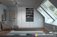 In deze ruimte zie je een moderne kast met hoogglans wit decor. De kast loopt rechts schuin af gelijk met de helling van de rechter wand. De kast zelf is voorzien van draaideuren, lades en grote schappen waar een tv mooi in verwerkt is.
