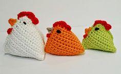 Hekle festlige høner til påske! Vil liker alle kjappe småting å hekle eller strikke innimellom alle de store prosjektene, da er disse hønene et herlige lite avbrekk en kveld du setter deg i godstolen. Det beste av alt: De er superenkle, ja til og med barn og barnebarn kan bli med på å lage slike.