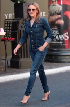 Now that's how you wear double denim! Kylie Minogue shows off her pert posterior in matching jeans and jacket Blond, Divas, Kylie Minogue Hair, Kylie Minouge, Melbourne, Double Denim, Jeans Jumpsuit, Jeans Dress, Denim Outfit