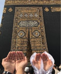 Shared by Mymi 💍. Find images and videos about couple, islam and mecca on We Heart It - the app to get lost in what you love. Masjid Haram, Mecca Masjid, Mecca Madinah, Mecca Wallpaper, Islamic Wallpaper, Allah Wallpaper, Iphone Wallpaper, Alhamdulillah, Mekka Islam
