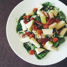 Super salad with quinoa, pecans, spinach, goat cheese and apple! http://feelgoodkitchen.fi/2014/06/supersalaatti-kvinoasta-pinaatista-ja-vuohenjuustosta/