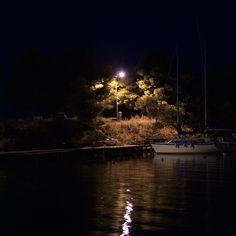 Μεσάνυχτα. σε κάποιο λιμανάκι της Καλαμαριάς