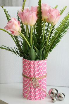 Straw Vase with Ferns and Tulips - Tulpen Basteln basteln anleitung basteln aus papier basteln eier Easter Flower Arrangements, Easter Flowers, Diy Flowers, Floral Arrangements, Diy Flower Vases, Spring Flowers, Tissue Flowers, Plastic Straw Crafts, Plastic Vase