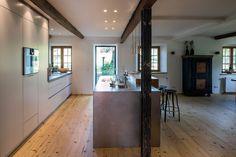 Grifflose Küche in modernem Landhaus