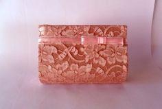 Bolsa carteira estruturada em cetim rosa forrada com renda rosa.  Parte interna forrada com tecido de algodão rosa com bolso.  Alça removível de 27cm.  Fêcho de imã. R$50,00