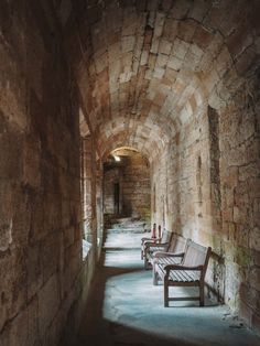 Looking for all the Linlithgow Palace Outlander locations and scenes in Scotland? Let me take you on a tour of Wenworth Prison Scotland Road Trip, Scotland Tours, Carlisle Castle, Outlander Locations, Wentworth Prison, Edinburgh City, Fort William, Entrance Gates, Palace