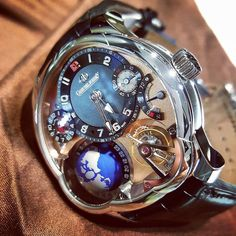 You simply cannot take your eyes off the striking contrast between the red gold dial and the platinum case of this Greubel Forsey GMT!