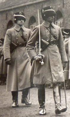 Een ritmeester van de cavalerie met de officierssabel M1895 op inspectie.