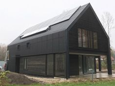 Schuurwoning in houtskeletbouw Shed Homes, Prefab Homes, Steel Building Homes, Building A House, Residential Architecture, Modern Architecture, Black House Exterior, Steel Frame House, Barns Sheds