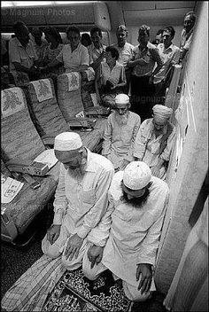 Musulmans priant dans un avion tandis que les non-musulmans regardent dans la consternation.  Âmes courageuses, Maa-Sha-Allah .. Afficher le texte d'origine