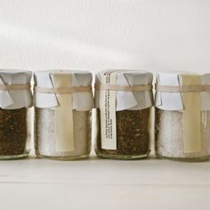 #packaging unusual way to apply a label to a jar - rubber band over strip-shaped label with no adhesive.