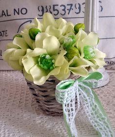 Jarní+košíček+Výška+dekorace+18+cm,+háčkovaná+mašle,+látkové+květiny.