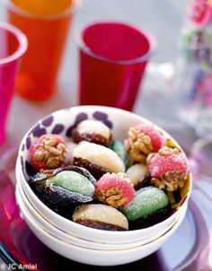 Recette Fruits déguisés : Pour la pâte d'amande :   Mélangez tous les ingrédients. Pétrissez comme une pâte à tarte et formez une boule.Recouvrez ...