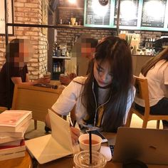 Image about inspiration in STUDY by Mariana Pinto Mode Ulzzang, Ulzzang Korean Girl, Cute Korean Girl, Asian Girl, Korean Aesthetic, Book Aesthetic, Aesthetic Girl, Brunch Outfit, Ulzzang Girl Fashion