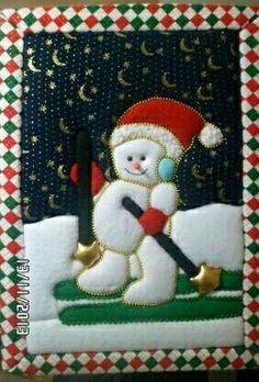 Cuadro navideño elaborado con la tecnica de patswork sin aguja Christmas Fabric, Christmas Stockings, Christmas Ornaments, Stained Glass Patterns, Fabric Decor, Snowman, Diy And Crafts, Santa, Xmas