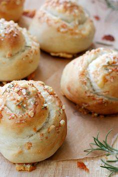 Weicher, fluffiger Teig und eine knusprige Parmesankruste, die Parmesan Rosemary Buns schnell gemacht und noch schneller verputzt.